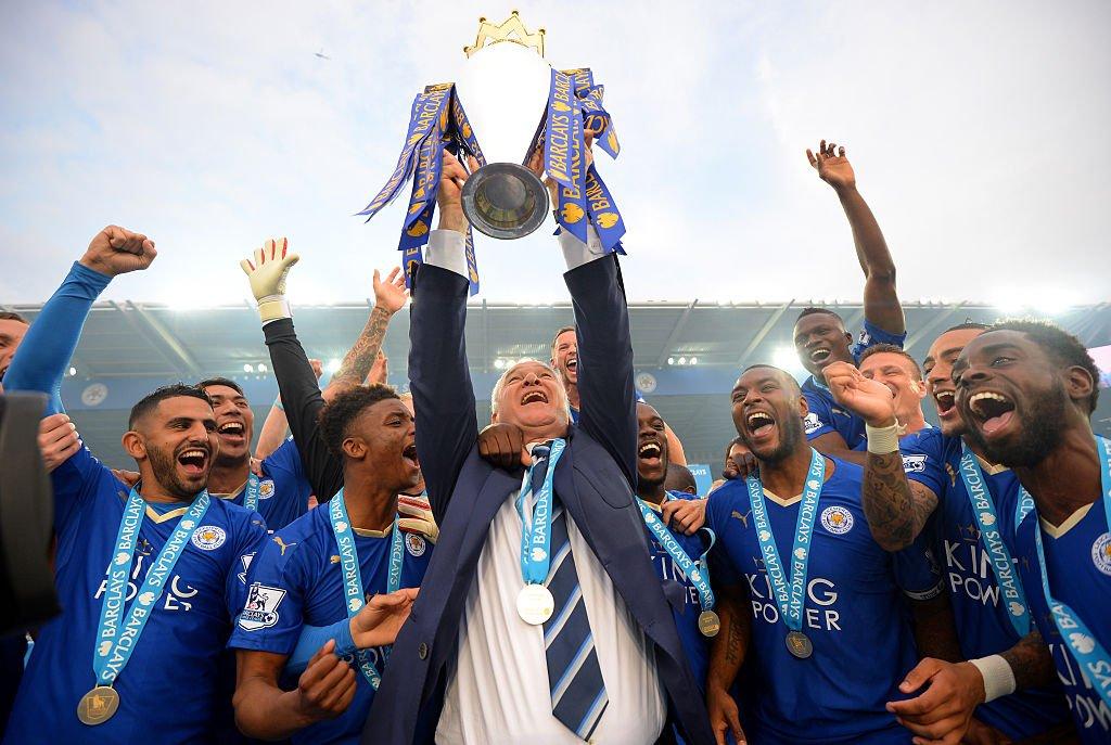 Claudio Ranieri levanta el trofeo del Leicester campeón en 2016.