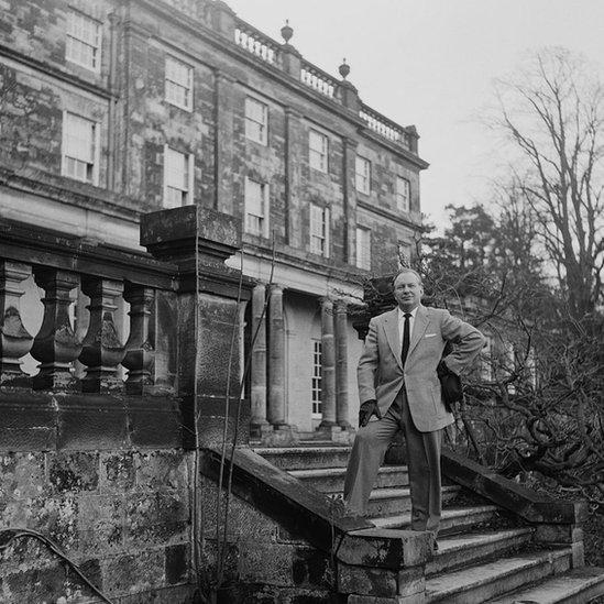 L Ron Hubbard, frente a su mansión en East Grinstead