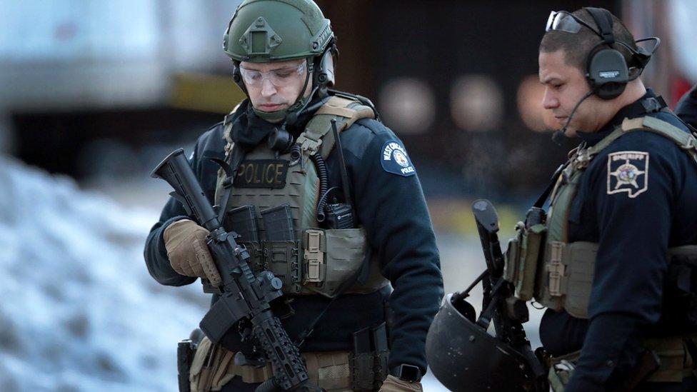 Polisi mengamankan daerah tersebut setelah laporan penembakan di Perusahaan Henry Pratt