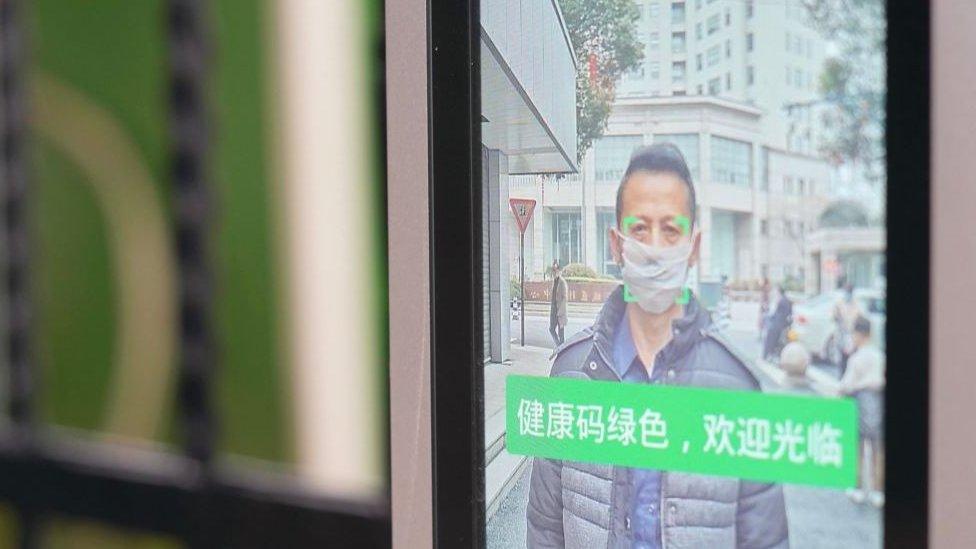 在中國內地,從居住的小區,到工作所在的公司大樓,許多地方都需要民眾出示代表健康的綠色碼才允許他們進出。