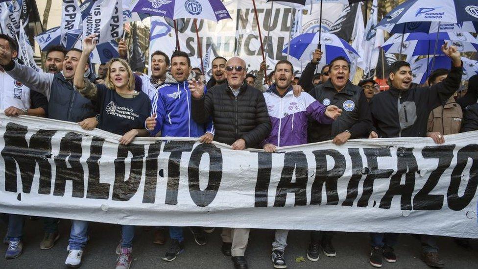 Miles protestan en Buenos Aires contra el recorte del gasto fiscal.