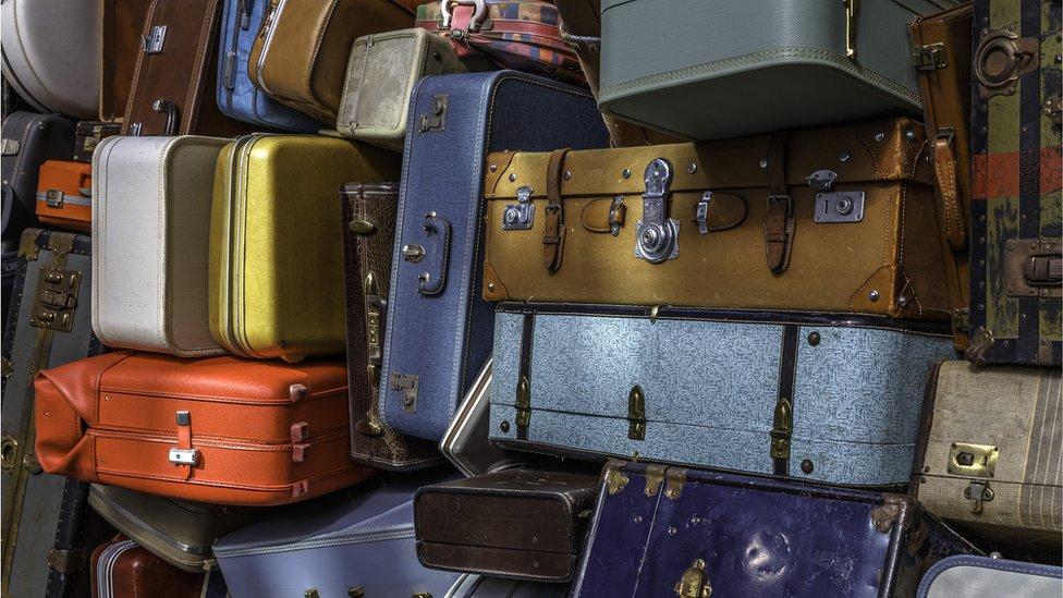 كومة من الحقائب