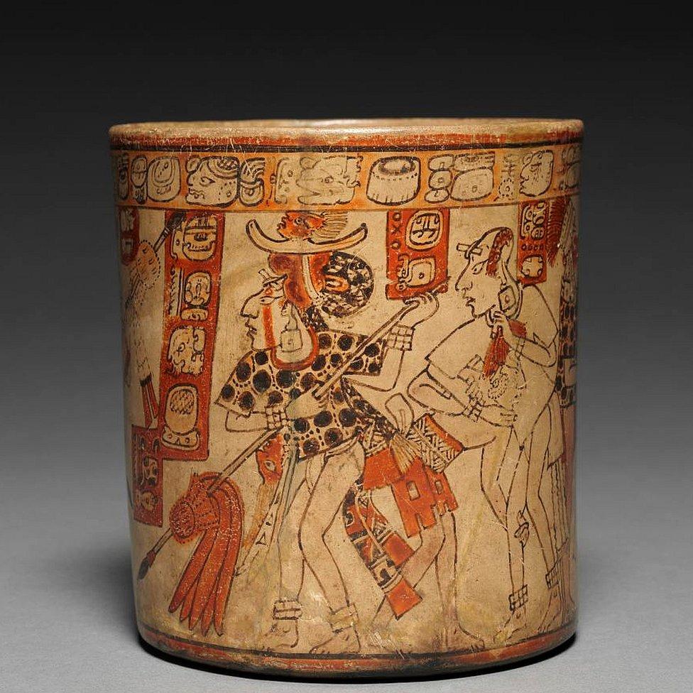Recipiente con escena de batalla utilizado para beber una bebida de élite hecha de granos de cacao, 600-900 d.C.