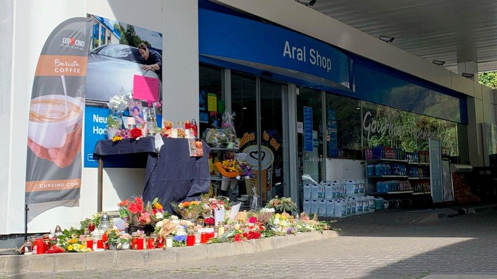 Flores colocadas por los ciudadanos de la localidad de Idar-Oberstein en memoria del empleado de la gasolinera que fue asesinado.