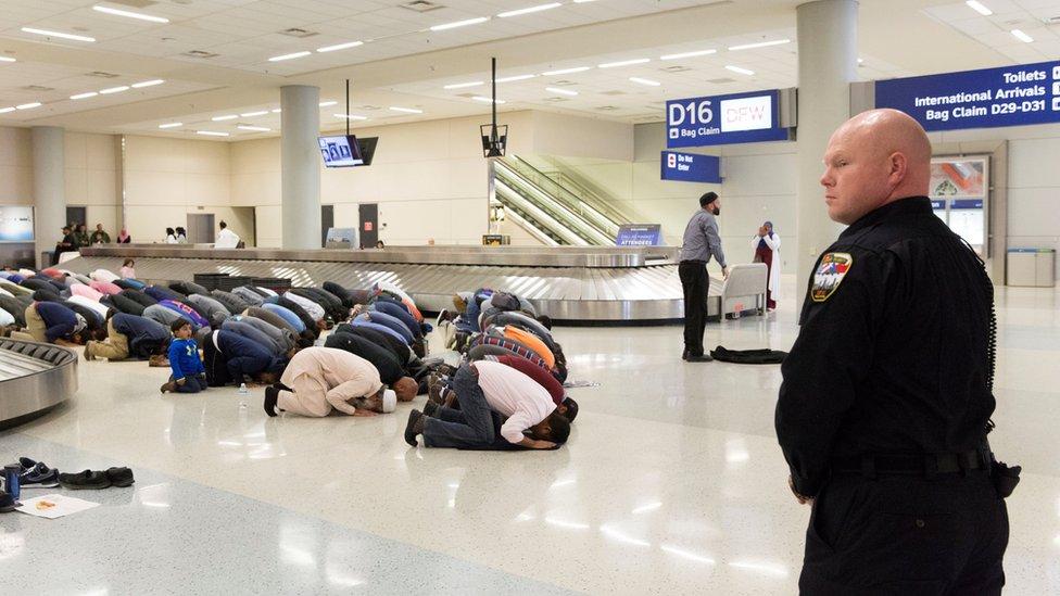 Manifestantes musulmanes protestan contra las primeras restricciones de viaje en el aeropuerto de Dallas, Texas, enero 29, 2017
