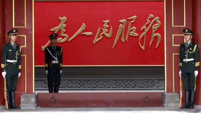"""毛澤東書寫的""""為人民服務""""書法如今普遍懸掛在中國各級政府機關內。"""