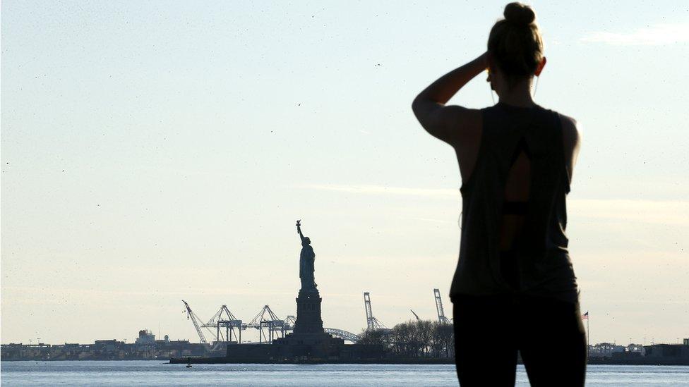 紐約州州長安德魯·庫莫回答說,隔離紐約州將是「荒謬的」