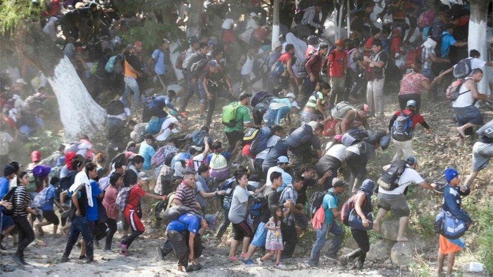 Migrantes cruzando el río Suchiate, ubicado en la frontera entre Guatemala y México.