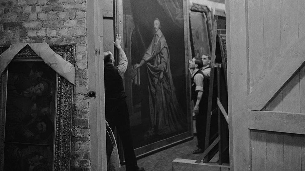 La enorme pintura del cardenal Richelieu, de Philippe de Champaigne, es inspeccionada por expertos en Manod Quarry en 1942.