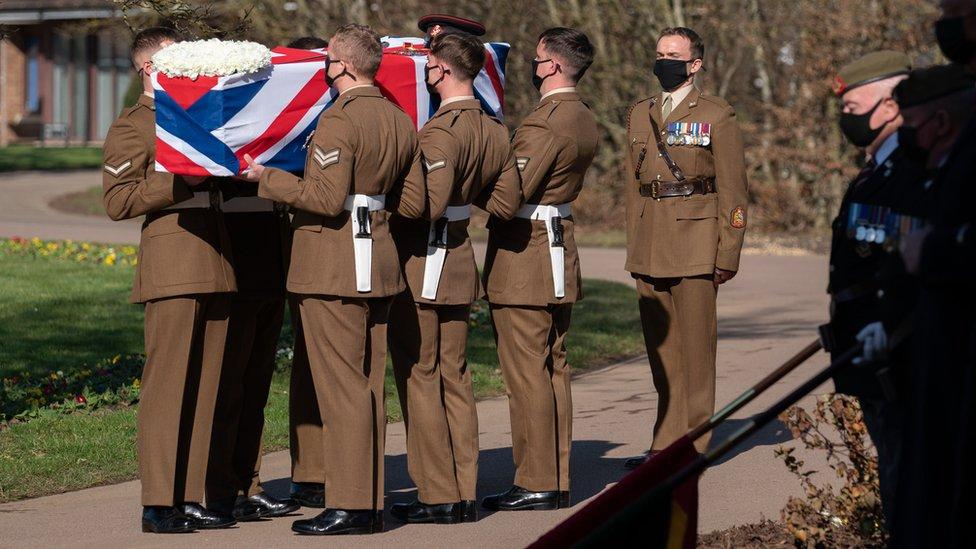 湯姆·摩爾爵士的靈柩上覆蓋著英國國旗