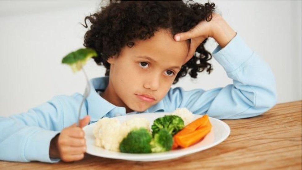 يتوجب على الآباء تشجيع أطفالهم على تناول الأطعمة الصحية