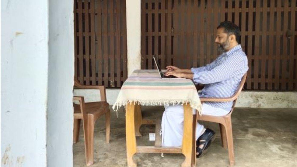 Sridhar trabajando en su casa