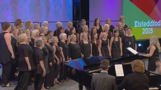 Côr Merched dros 20 mewn nifer (30) / Women's Choir with over 20 members (30)