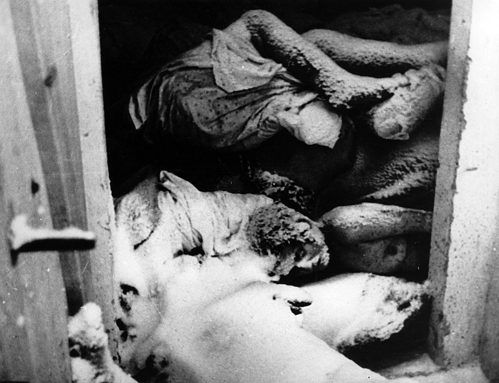 Prisioneros asesinados en las cámaras de gas de Auschwitz. Polonia. Fotografía. 1944