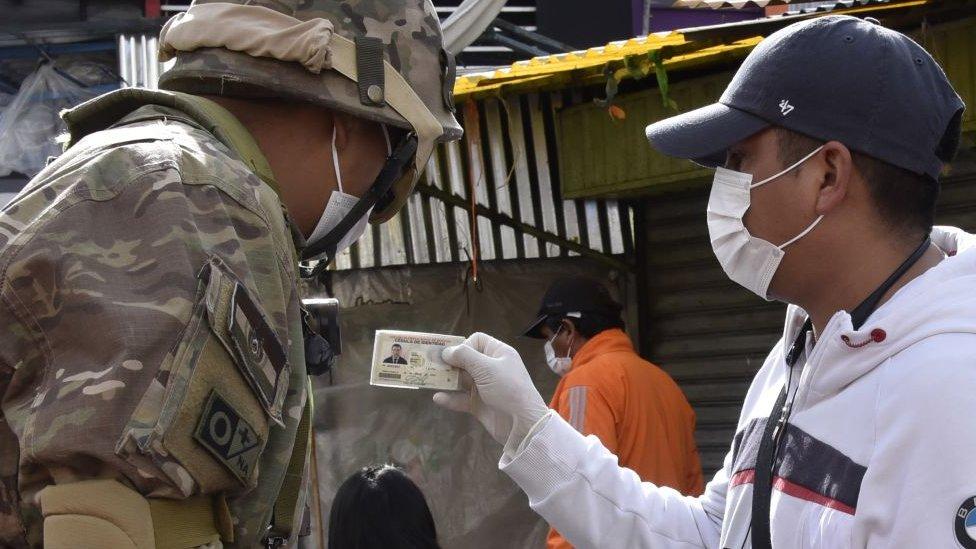 Militar en Bolivia verifica la identificación de un ciudadano.