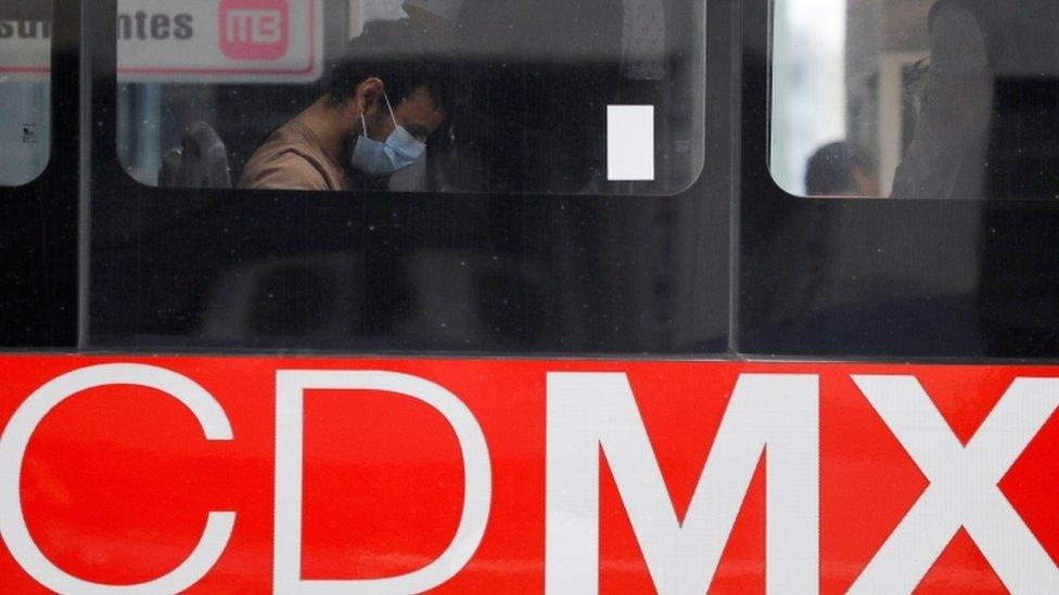 Hombre con mascarilla en un autobús de CDMX