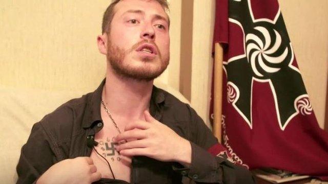 George Chelidze, líder del grupo fascista Unidad Nacional de Georgia muestra su tatuaje.