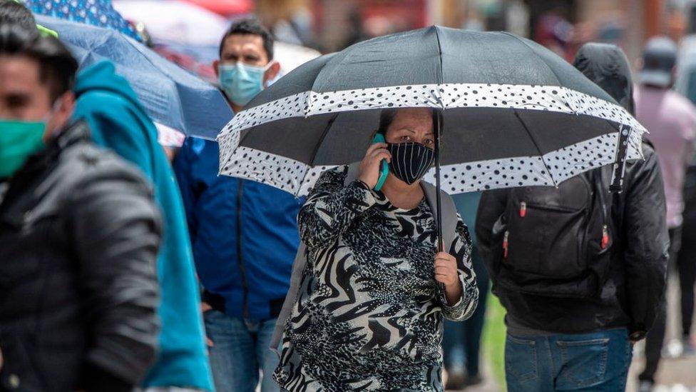 Mujer en una de las colas para comprar en el día sin IVA de Colombia.