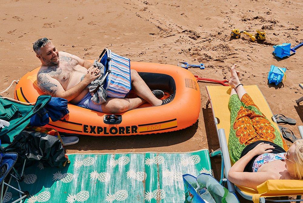 وارين في قاربه على الرمال