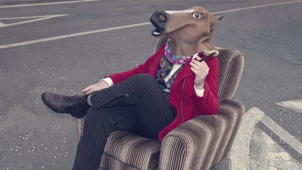 Señor con cabeza de caballo