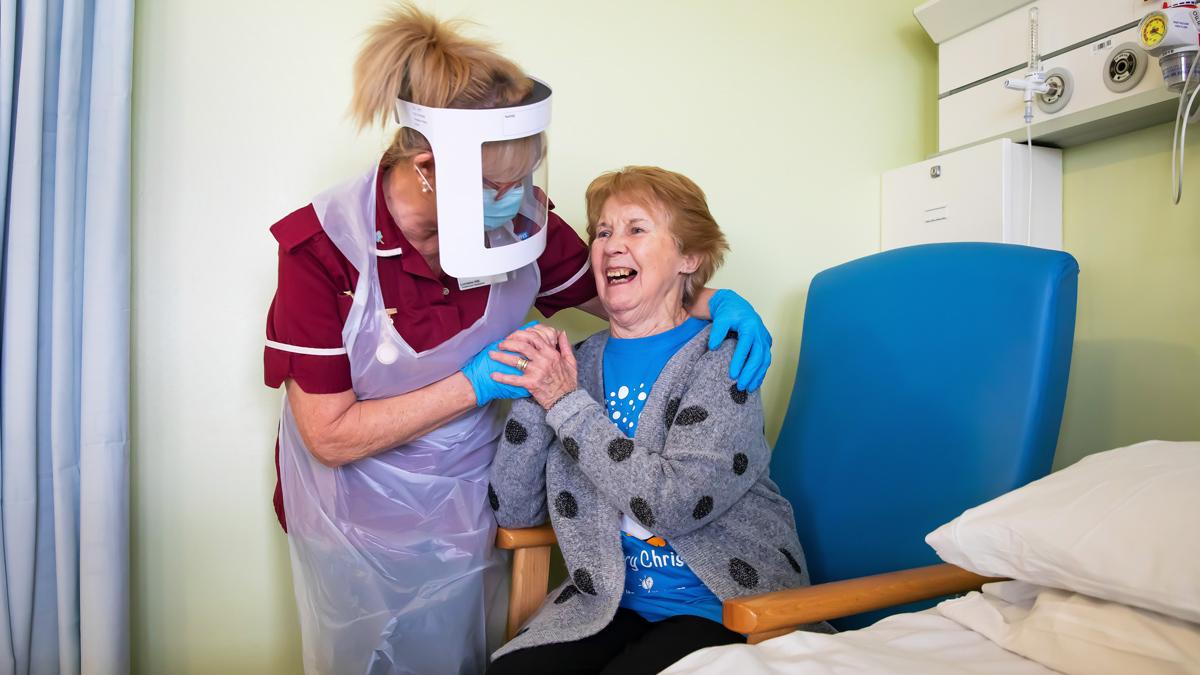 Маргарет Кинан, 90 лет, в университетской больнице Ковентри - первый пациент в Великобритании, получивший вакцину Pfizer-BioNTech Covid-19 - декабрь 2020 г.