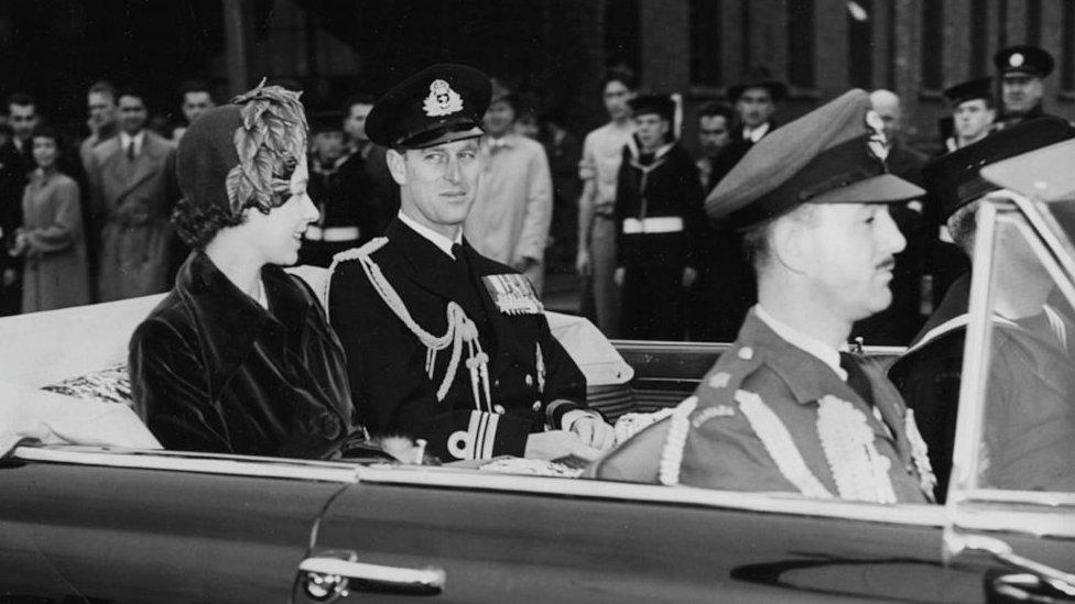 الأميرة إليزابيث ودوق إدنبره الأمير فيليب في سيارتهم مع قائد سلاح الجو الكندي إكويري وينج كوماندر (الجبهة).