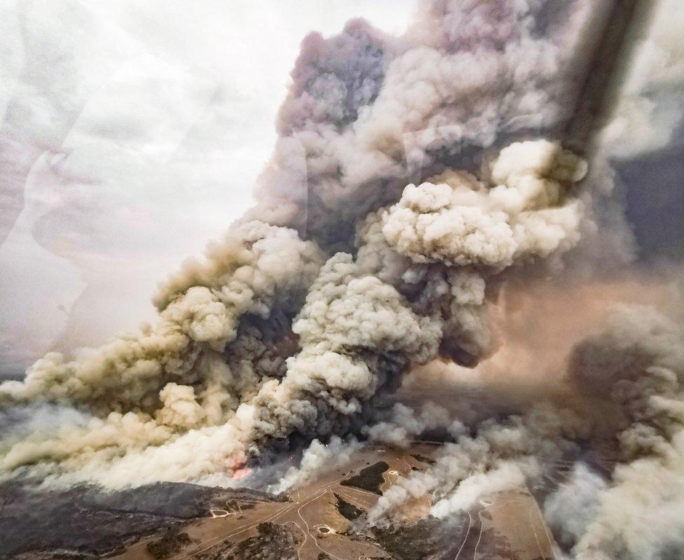 Visok stub dima viđen iz vazduha 9. januara