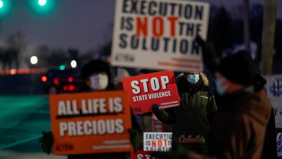 要求終止死刑的抗議者聚集在印地安納州特雷霍特的監獄外。