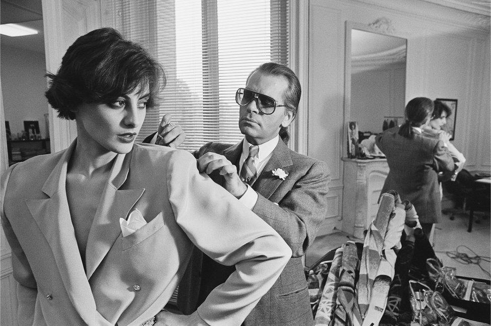 Lagerfeld je sa top modelima radio i u nekim od najvećih pariskih modnih ateljea