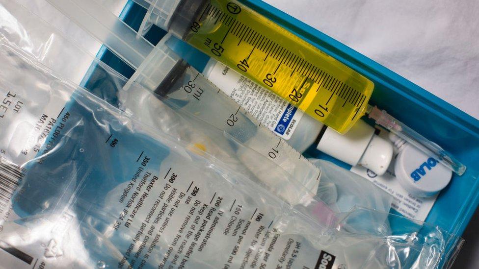 Bolsa que contiene una jeringuilla con líquido amarillo, el plasma.