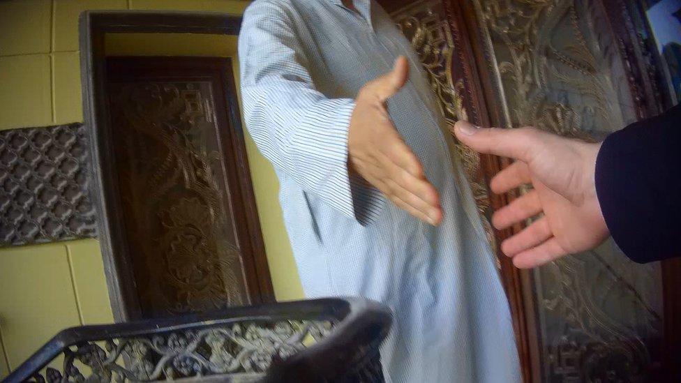 兩個匿名人士握手