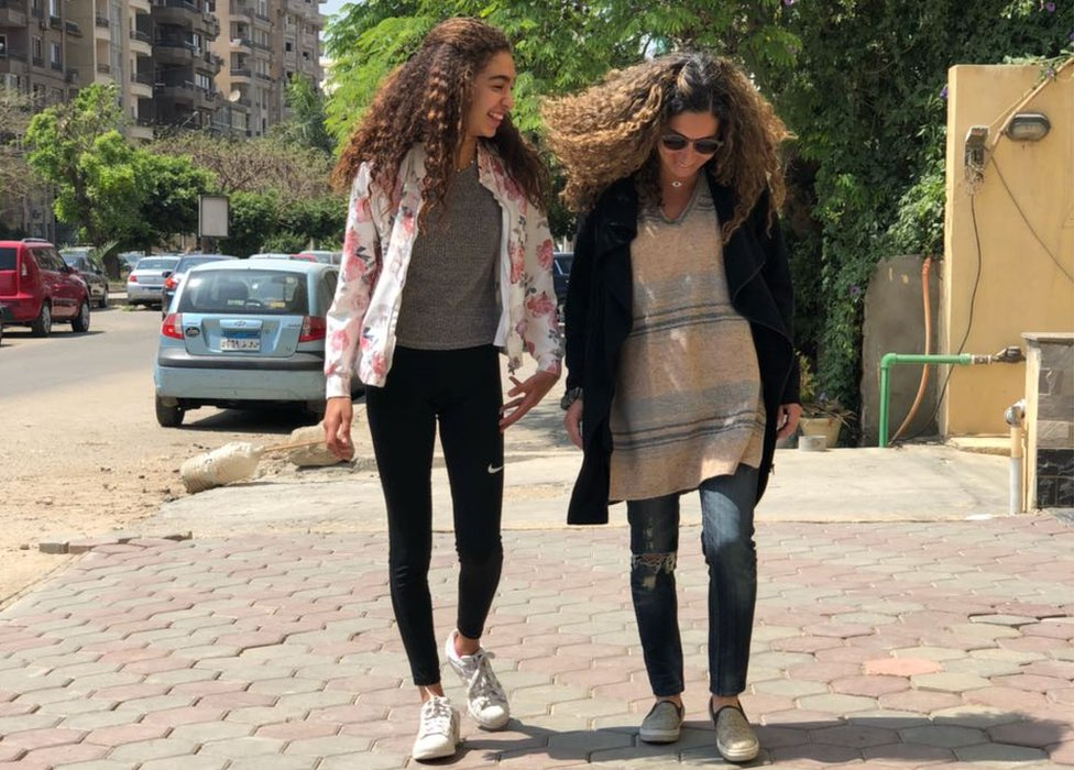 Women with curly hair in Cairo
