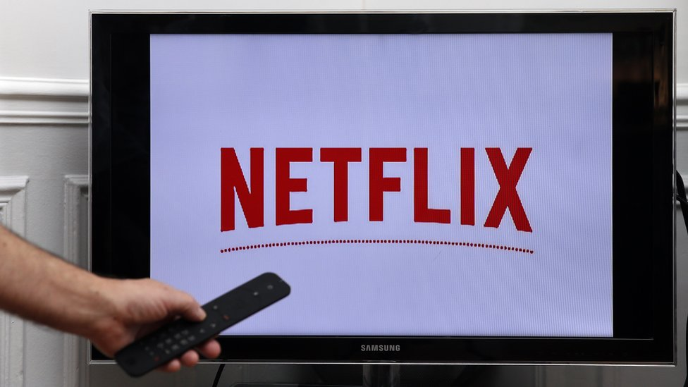 Una televisión con el logo de Netflix