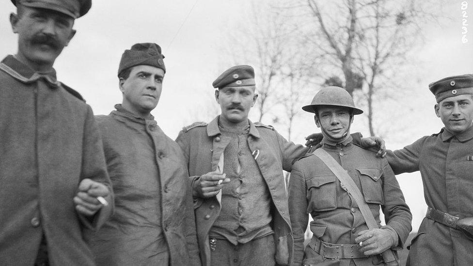 Soldados estadounidenses y alemanes se saludan horas después de alcanzado el armisticio.