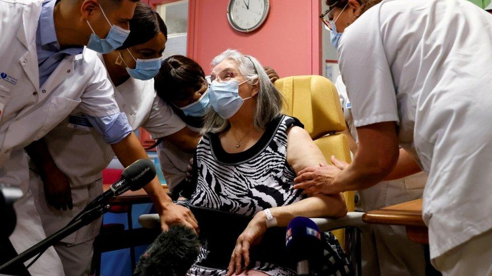 Una francesa de 78 años recibe la vacuna de Pfizer-BioNTech.