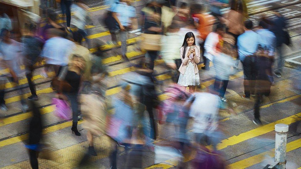 mujer en China usando celular