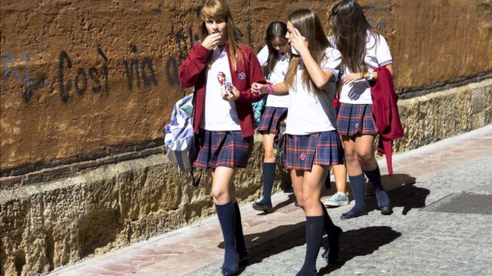 У Британії домагалися третини школярок, коли вони носили форму