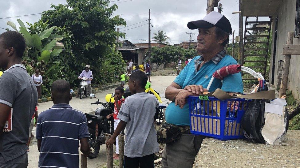 Antonio Ramírez y otros hombres y chicos en una calle de Buenaventura, Colombia