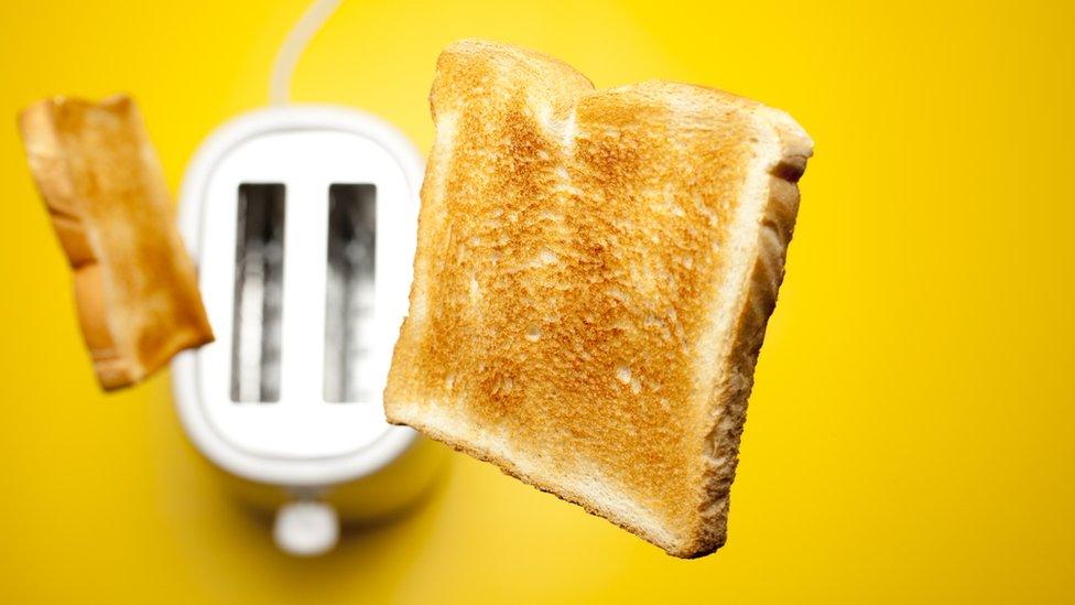 Pan saltando de tostadora
