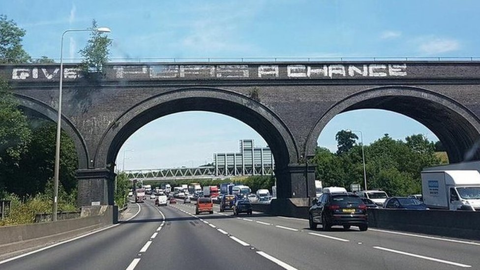 Calls for M25 'give peas a chance' graffiti return