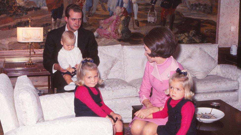 Los entonces príncipes Juan Carlos y Sofía, junto con sus tres hijos, las infantas Elena y Cristina y el príncipe Felipe.