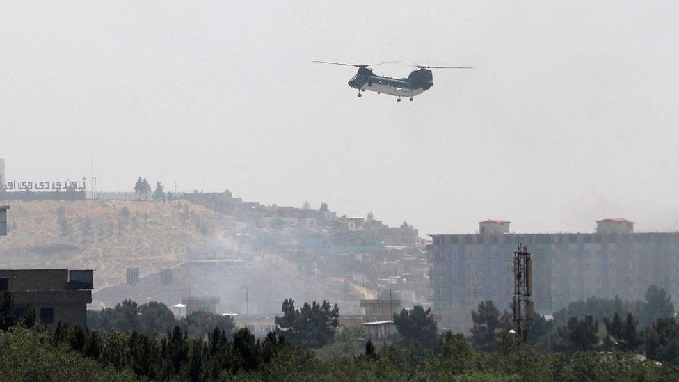 Helicóptero militar estadounidense sobrevuela la embajada de ese país en Kabul