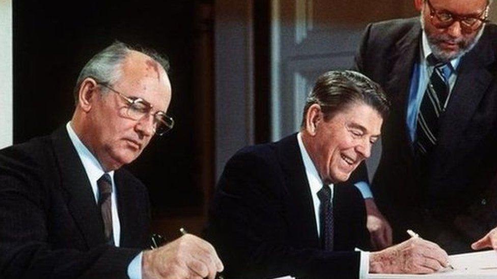 زعيم الاتحاد السوفيتي ميخائيل جورباتشوف والرئيس الأمريكي، رونالد ريغان، وقعا الاتفاقية عام 1987