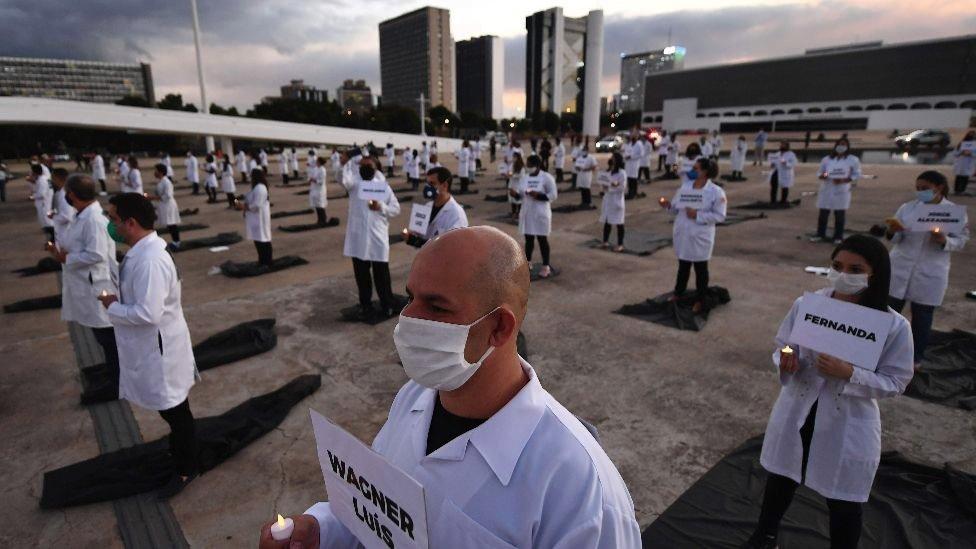 ممرضون برازيليون في تظاهرة في العاصمة البرازيلية إحياء لذكرى زملائهم الذين قضوا إبان الوباء، مايو/أيار 2020
