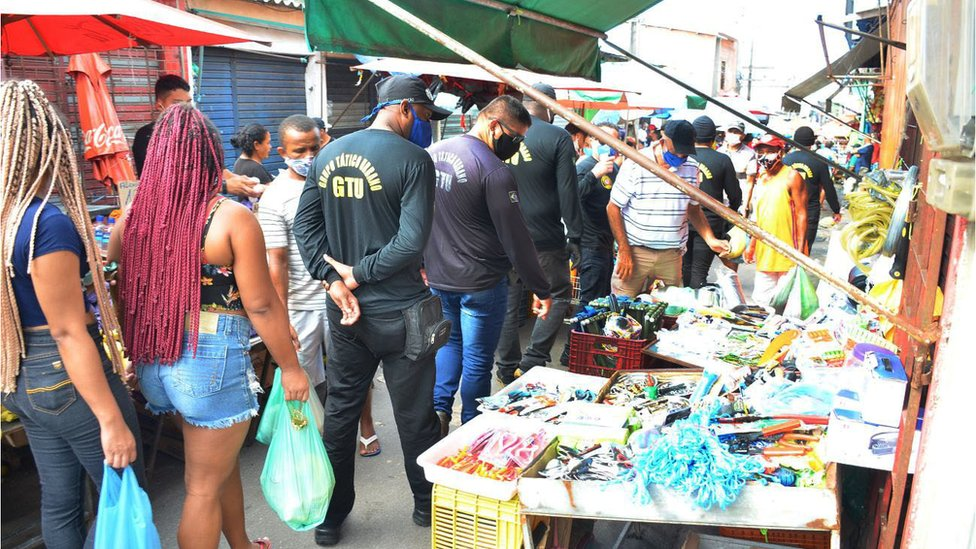 Coronavírus: primeira capital do Brasil em lockdown tem ruas lotadas e trânsito intenso