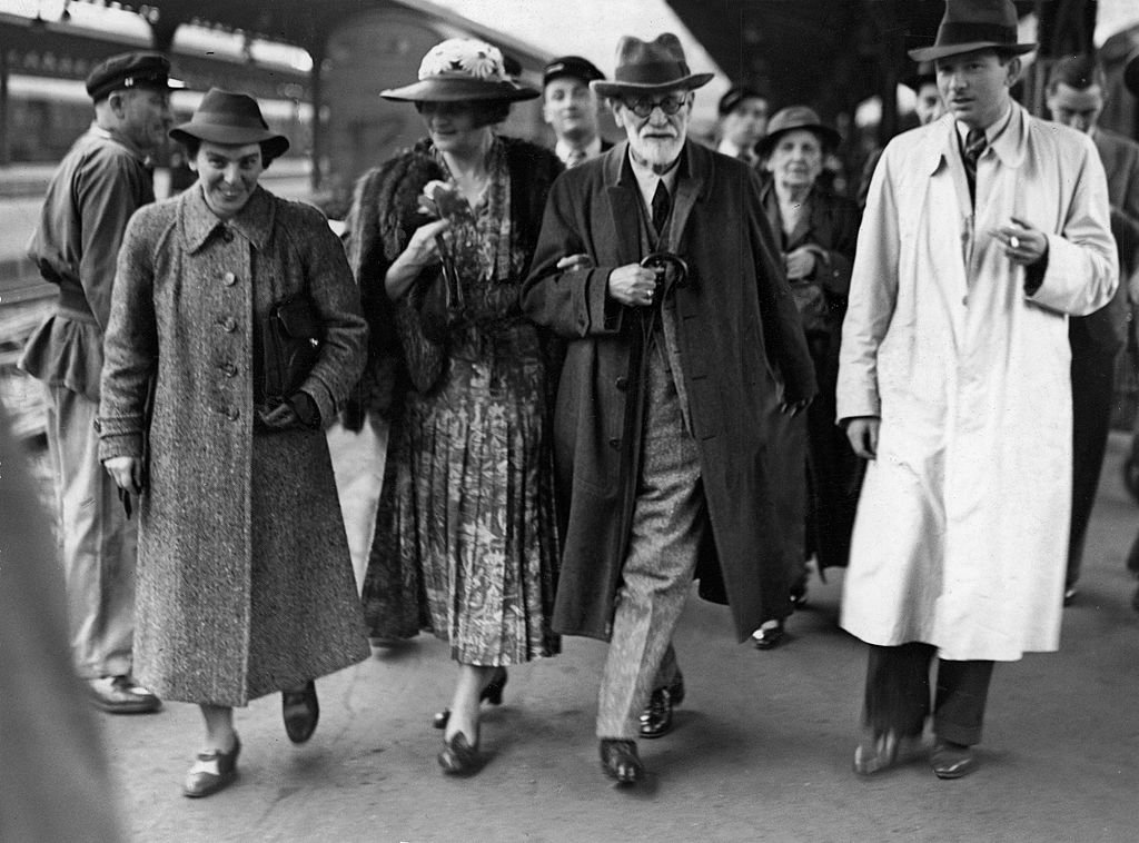 From left to right: Anna Freud, Marie Bonaparte, Sigmund Freud and Prince George of Greece and Denmark, at a train station in 1938.