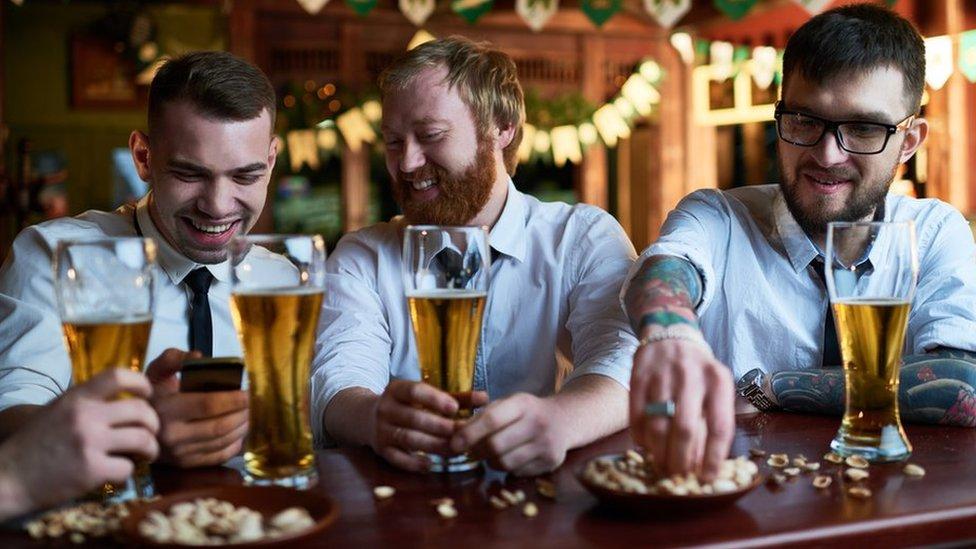 muškarci piju