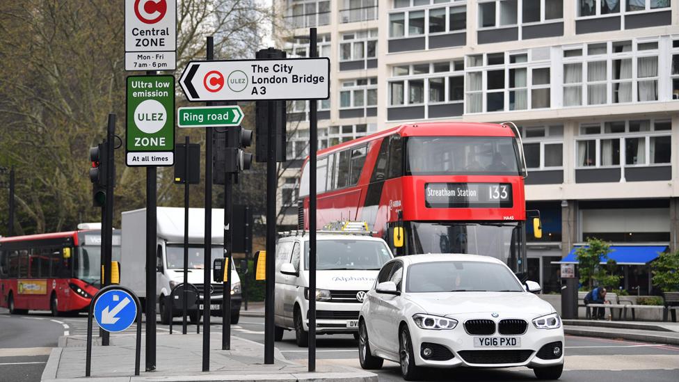 Calle de Londres con autos y un autobus