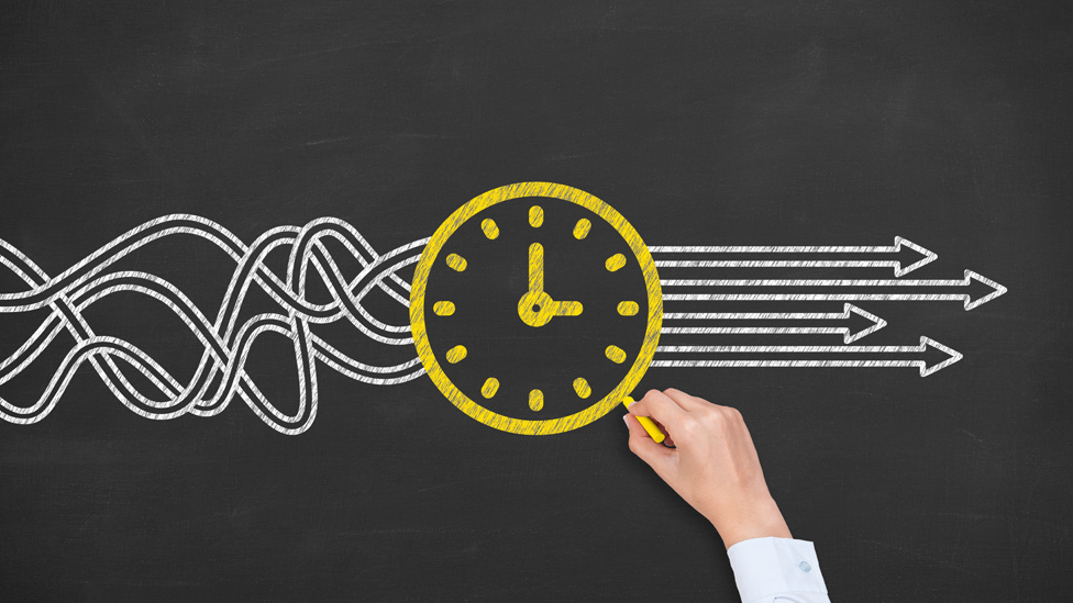 Ilustración de un reloj y el tiempo que fluye en una dirección