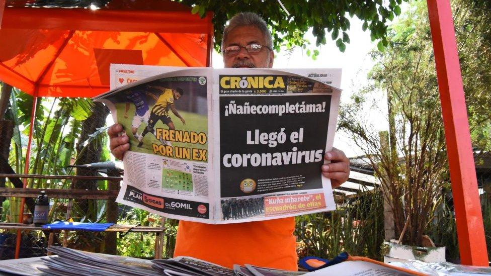 Periódico anunciando la llegada del coronavirus a Paraguay